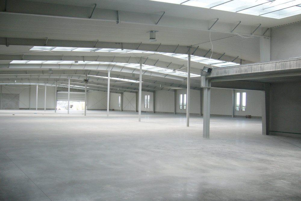 wnętrze hali - hala produkcyjna z budynkiem biurowym, dla Eurocolor, Pyskowice, woj. śląskie