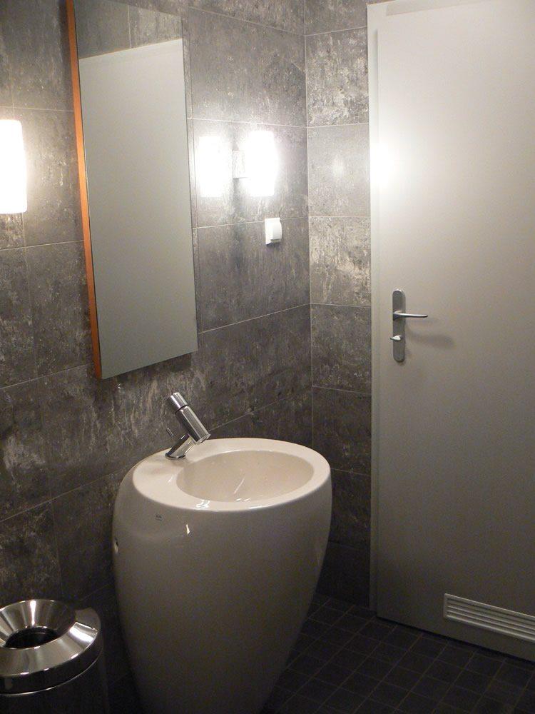 łazienka - hala produkcyjna z częścią biurową, dla Oras, Olesno, woj. opolskie