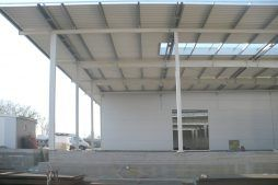 fragment konstrukcji stalowej widziany od wewnątrz - hala produkcyjna, dla Auto-Hak, Słupsk