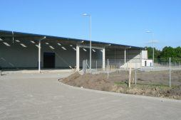 teren przed obiektem - hala produkcyjna z budynkiem biurowym, dla Algontec, Kostrzyn nad Odrą, woj. lubuskie