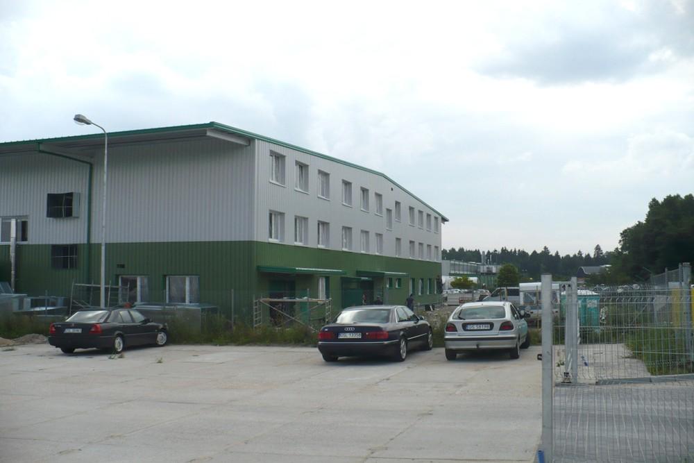 wjazd na teren inwestycji - hala produkcyjna z częścią biurową, dla Markos, Słupsk, woj. pomorskie