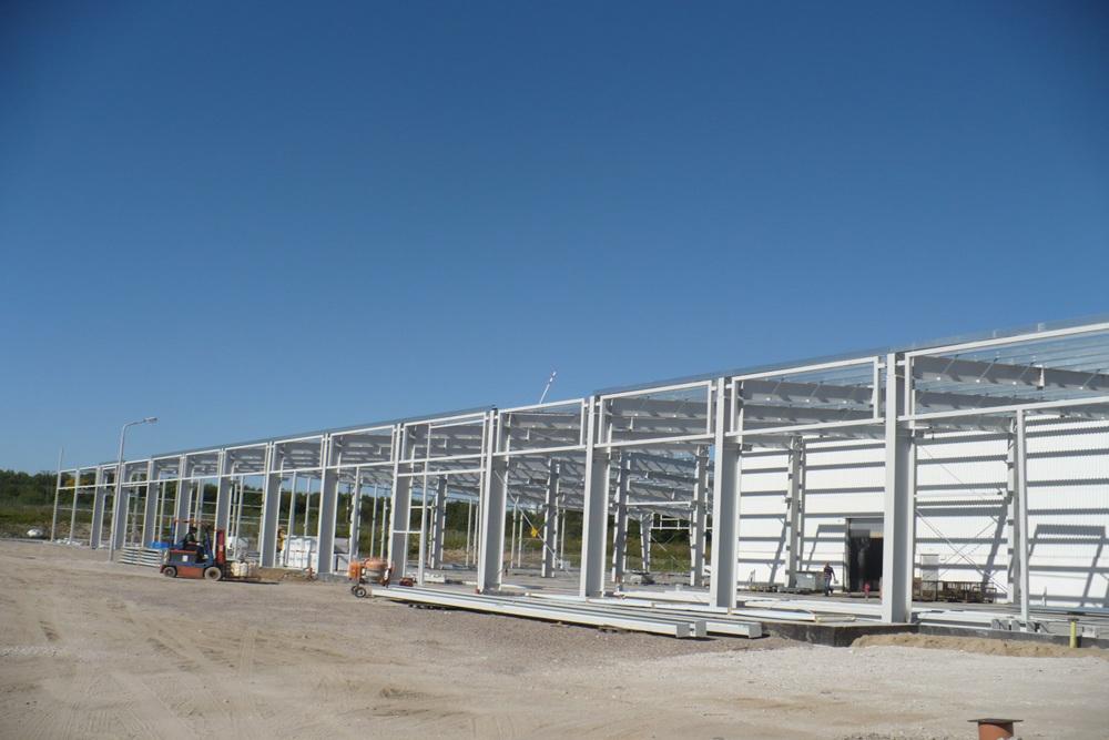 montaż elementów konstrukcji stalowej 1 - hala produkcyjna z częścią biurową, dla Leann Stańczyk, Słupsk, woj. pomorskie