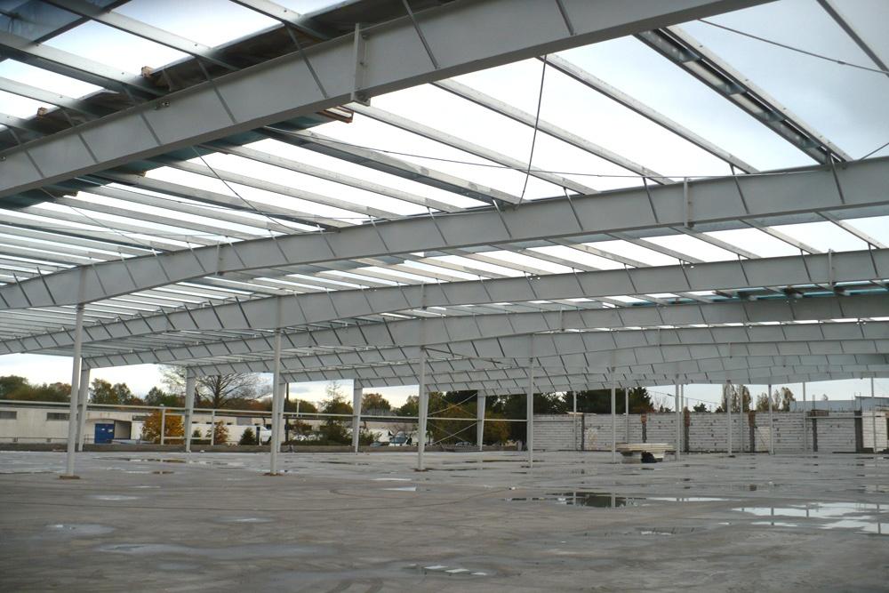 konstrukcja stalowa widziana od wewnątrz - hala produkcyjna z budynkiem biurowym, dla Auto-Hak, Słupsk