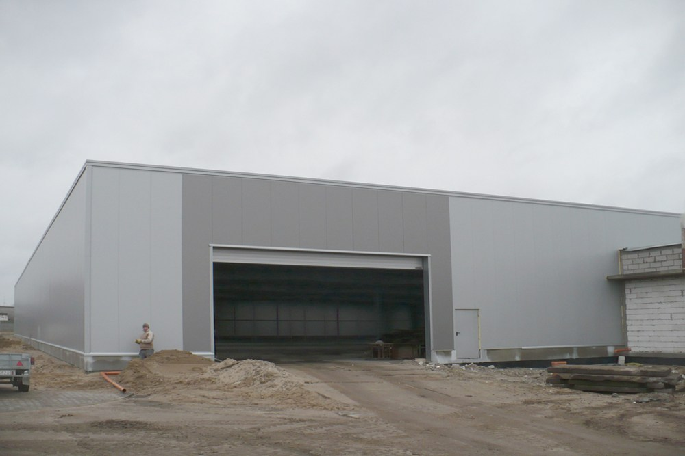 brama wjazdowa do budynku - hala produkcyjna z budynkiem biurowym, dla Auto-Hak, Słupsk, woj. pomorskie