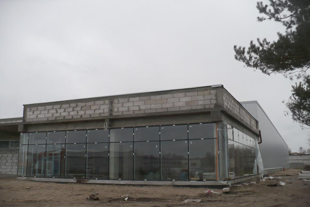 budynek socjalno-biurowy w trakcie budowy - hala produkcyjna z budynkiem biurowym, dla Auto-Hak, Słupsk
