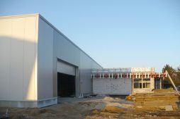 budynek socjalno-biurowy przed montażem paneli - hala produkcyjna z budynkiem biurowym, dla Auto-Hak, Słupsk