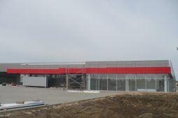 montaż paneli elewacyjnych - hala produkcyjna z budynkiem biurowym, dla Auto-Hak, Słupsk, woj. pomorskie