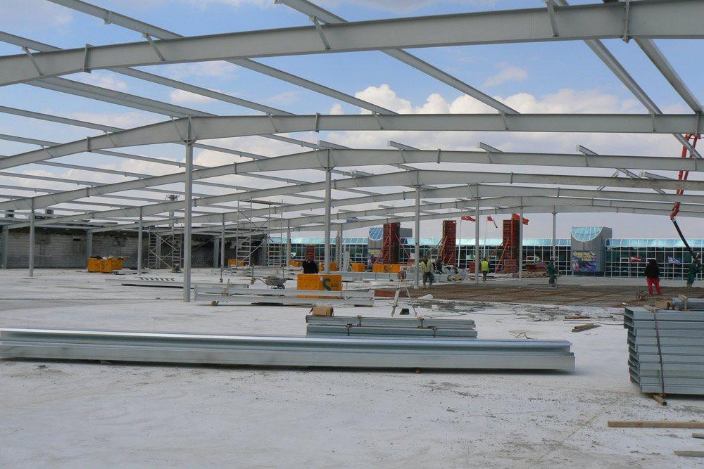 montaż elementów konstrukcji stalowej - hala handlowa, dla EACC Investments, Wólka Kosowska, woj. mazowieckie