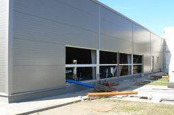 montaż okien w elewacji frontowej - hala produkcyjno-magazynowa z budynkiem biurowym, dla Viva Plus, Bytom