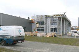 montaż paneli elewacyjnych 3 - hala produkcyjno-magazynowa z budynkiem biurowym, dla Viva Plus, Bytom, woj. śląskie