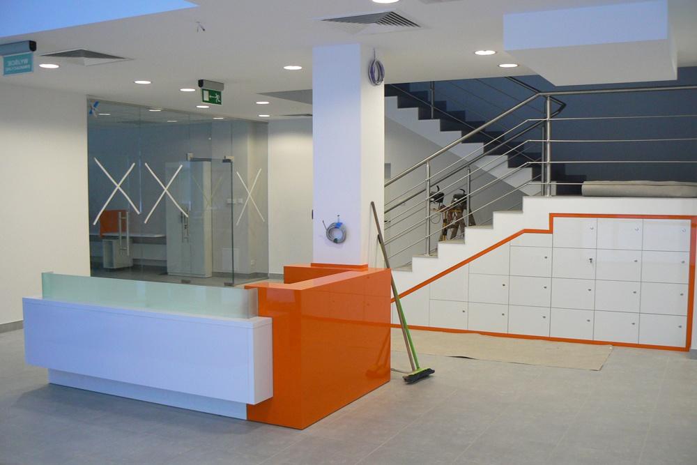 prace wykończeniowe w holu - hala produkcyjno-magazynowa z budynkiem biurowym, dla Viva Plus, Bytom, woj. śląskie