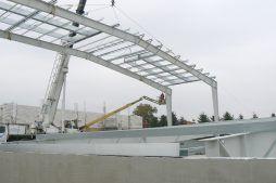 wznoszenie konstrukcji stalowej zadaszenia - hala magazynowa z budynkiem biurowym, dla Tech-Met, Kolonia Sokolniki