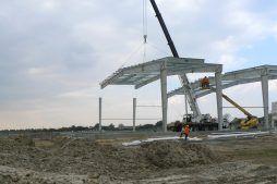 wznoszenie konstrukcji stalowej zadaszenia 1 - hala magazynowa z budynkiem biurowym, dla Tech-Met, Kolonia Sokolniki