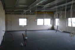 wnętrze części biurowej w trakcie budowy - hala magazynowa z budynkiem biurowym, dla Tech-Met, Kolonia Sokolniki