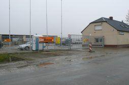 wjazd na teren budowy - hala magazynowa z budynkiem biurowym, dla Agrarada, Domaniów, woj. dolnośląskie
