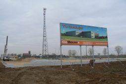 baner reklamowy na tle placu budowy - hala magazynowa z budynkiem biurowym, dla Agrarada, Domaniów