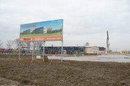 baner reklamowy na tle placu budowy 1 - hala magazynowa z budynkiem biurowym, dla Agrarada, Domaniów