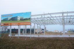 baner reklamowy na tle konstrukcji stalowej - hala magazynowa z budynkiem biurowym, dla Agrarada, Domaniów