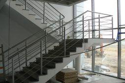 klatka schodowa w części biurowej - hala magazynowa z budynkiem biurowym, dla Tech-Met, Kolonia Sokolniki
