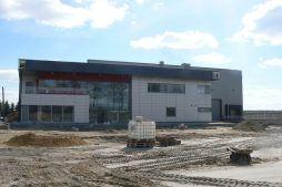 elewacja frontowa w trakcie budowy - hala magazynowa z budynkiem biurowym, dla Tech-Met, Kolonia Sokolniki