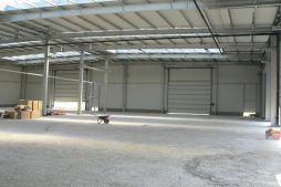 wnętrze hali w trakcie budowy - hala magazynowa z budynkiem biurowym, dla Agrarada, Domaniów, woj. dolnośląskie
