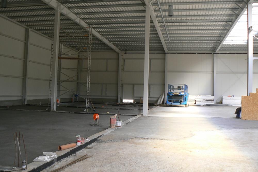 wnętrze hali w trakcie budowy 1 - hala magazynowa z budynkiem biurowym, dla Agrarada, Domaniów, woj. dolnośląskie