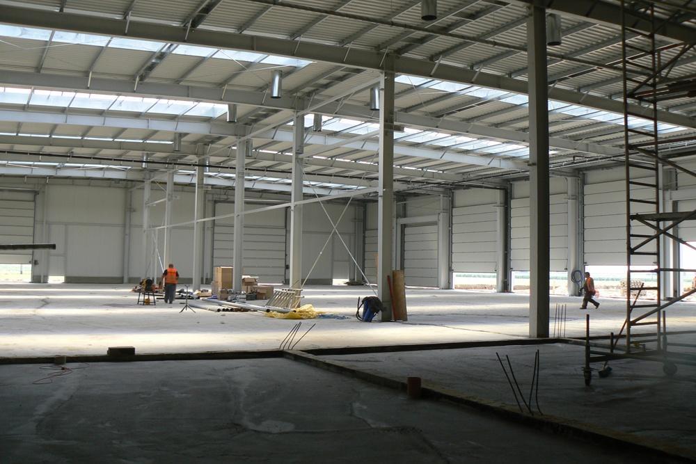 wnętrze hali w trakcie budowy 2 - hala magazynowa z budynkiem biurowym, dla Agrarada, Domaniów, woj. dolnośląskie