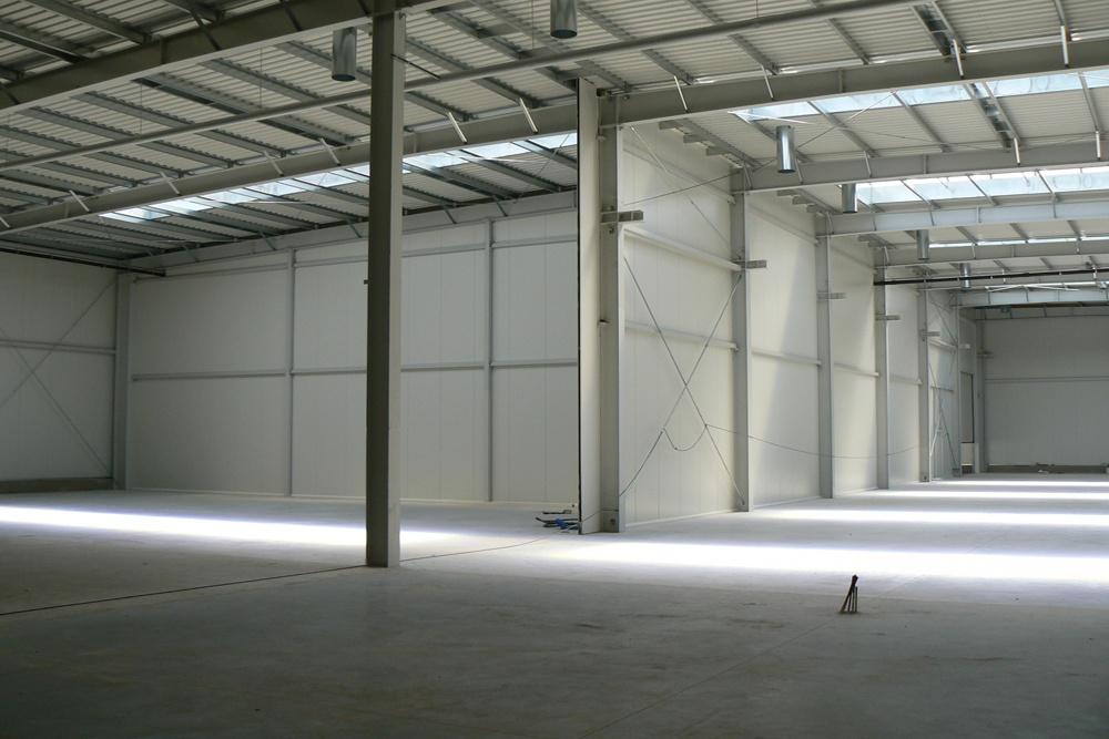 wnętrze hali 2 - hala magazynowa z budynkiem biurowym, dla Agrarada, Domaniów, woj. dolnośląskie