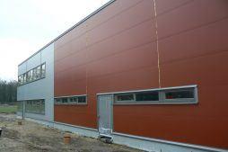 ściana frontowa w trakcie budowy - hala produkcyjna z częścią biurową, dla Protech, woj. śląskie