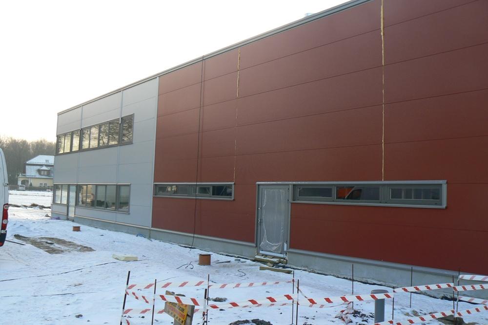 fragment ściany frontowej w trakcie budowy - hala produkcyjna z częścią biurową, dla Protech, woj. śląskie