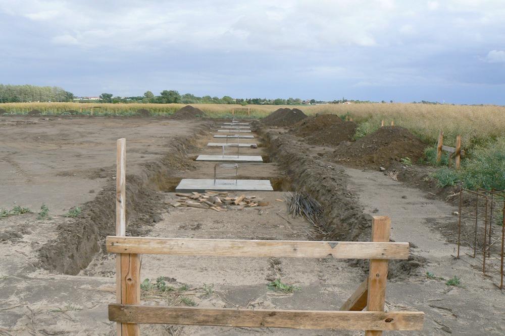 przygotowywanie fundamentów - hala produkcyjna z częścią socjalno-biurową, dla Medos, Chełmno, woj. kujawsko-pomorskie