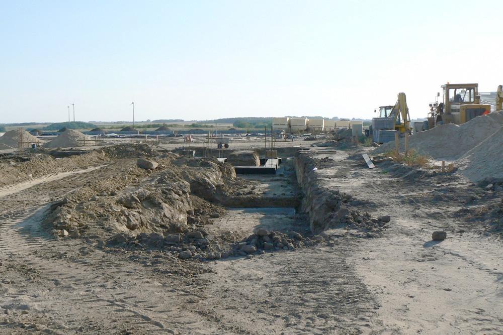 fragment terenu budowy - hala produkcyjna z częścią socjalno-biurową, dla Medos, Chełmno, woj. kujawsko-pomorskie