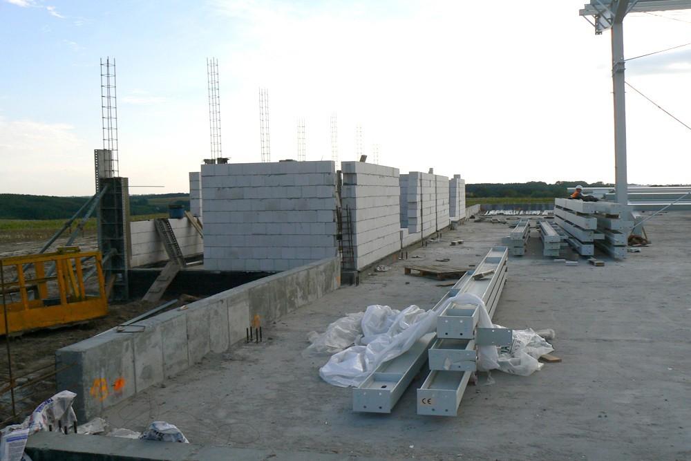 wznoszenie konstrukcji obiektu - hala produkcyjna z częścią socjalno-biurową, dla Medos, Chełmno, woj. kujawsko-pomorskie