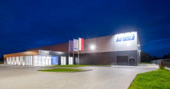 pralnia przemysłowa, widok nocny - hala produkcyjno-magazynowa wraz z budynkiem socjalno-biurowym, pralnia przemysłowa, dla Bardusch Polska, w Bochni, woj. małopolskie