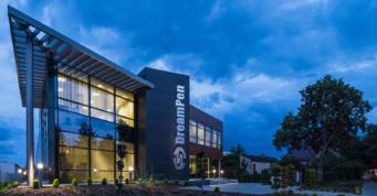 nocny widok budynku biurowego - hala produkcyjno-magazynowa z częscią socjalną i budynkiem biurowym, dla firmy DreamPen, Zielona Góra, woj. lubuskie