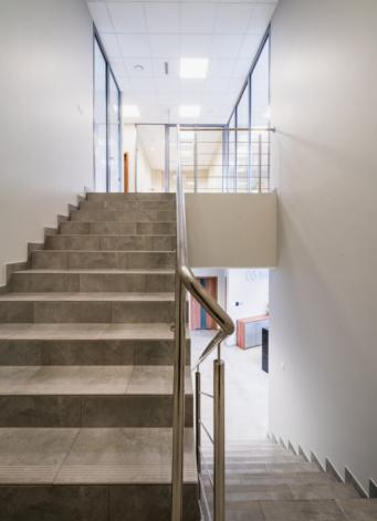 klatka schodowa w budynku biurowym - hala produkcyjno-magazynowa z biurowcem, dla DreamPen, Zielona Góra, woj. lubuskie