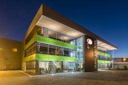 zdjęcie nocne - hala magazynowa z budynkiem biurowym, dla Sun Garden Poland, Malanów