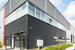 wejście do części socjalno-biurowej - hala produkcyjno-magazynowa z częścią socjalno-biurową, Plasteam, Łubna, woj. mazowieckie