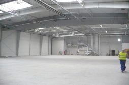 wnętrze hali - hala produkcyjno-magazynowa z budynkiem biurowym, dla Polamp, Bieniewiec, woj. mazowieckie
