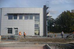 elewacja boczna w trakcie budowy - hala produkcyjno-magazynowa z budynkiem biurowym, dla Polamp, Bieniewiec, woj. mazowieckie