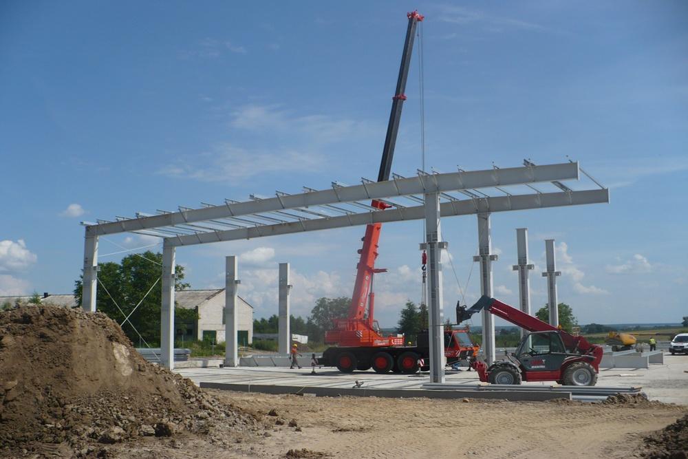 wznoszenie konstrukcji stalowej - hala produkcyjna z częścią biurową, dla Pritip, Puławy, woj. lubelskie