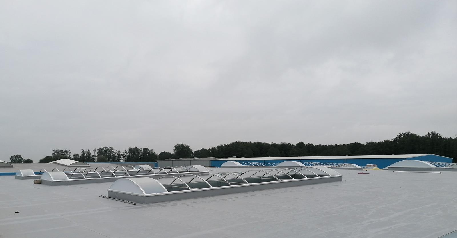 montaż elementów świetlików dachowych - hala dla producenta materacy, firmy Sun Garden Polska, w Malanowie, woj. wielkopolskie