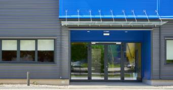 wejście główne budynku - inwestycja przemysłowa, Sirmax Polska, tworzywa sztuczne, generalne wykonawstwo CoBouw Polska, Kutno, woj. łódzkie