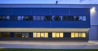 elewacja frontowa budynku, widok nocny - zakład produkcji tworzyw sztucznych, dla włoskiej firmy Sirmax, budowa pod klucz CoBouw Polska, Kutno, woj. łódzkie