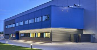 zbliżenie na budynek socjalno-biurowy Sirmax - hala produkcji tworzyw sztucznych, dla Sirmax Polska, generalny wykonawca CoBouw Polska, Kutno, woj. łódzkie