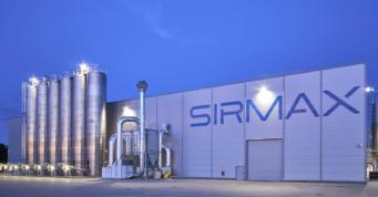 zdjęcie nocne hali Sirmax - zakład produkcji tworzyw sztucznych, z budynkiem socjalno-biurowym, generalny wykonawca CoBouw Polska, woj. łódzkie