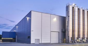 zewnętrzne silosy technologiczne - hala produkcyjno-magazynowa z budynkiem socjalno-biurowym, Sirmax Polska, Kutno, inwestycja w woj. łódzkim
