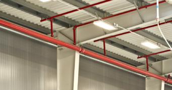 zbliżenie na elementy instalacji tryskaczowej - zakład produkcyjno-magazynowy, firmy Sun Garden Polska, inwestycja w woj. wielkopolskim, w Malanowie