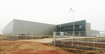 końcowy etap prac przy budowie hali i biurowca Turenwerke - hala dla branży stolarki drzwiowej, zrealizowana przez generalnego wykonawcę inwestycji, firmę CoBouw Polska, w Stanowicach, woj. śląskie
