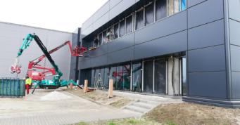 szklenie budynku biurowego- budowa przez generalnego wykonawce hal, firmę CoBouw Polska, dla Turenwerke, w woj. śląskim, w Stanowicach
